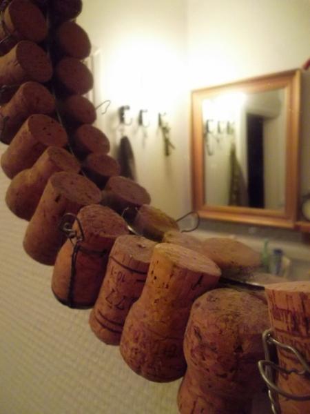 kuohuviinipullonkorkeista-peilinkehys-lähikuva