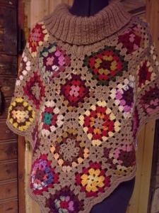 isoäidin-neliöistä-tehty-poncho