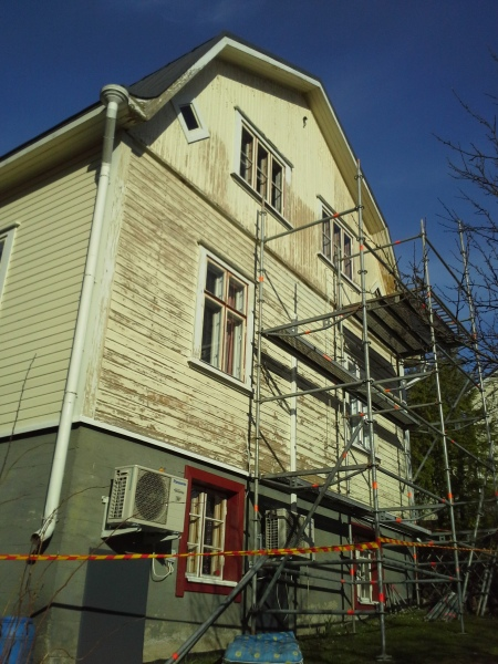 rakennustelineet-talon-skrapattavalla-etelaseinalla