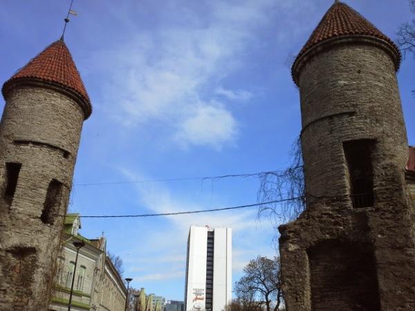 viru-hotelli-kaupunginmuurin-tornien-välissä
