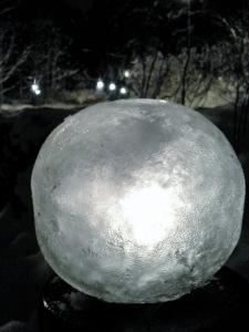 ilmapallossa jäädytetty jäälyhty