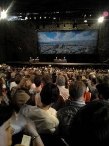 oopperajuhlien yleisöä
