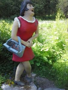Iloinen läski oli Parikkalan patsaspuistossa.